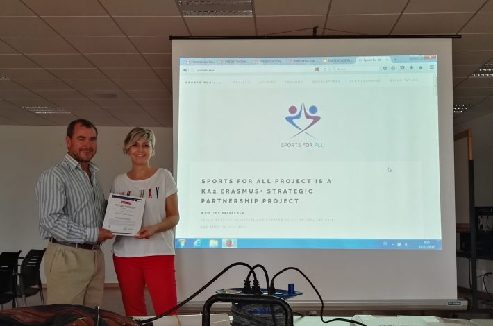 "JULIO TRIANA PRESIDENTE DE ESCAFANDRASUB ENTREGA A NUESTRA  PRESIDENTA EL CERTIFICADO  EUROPEO ""SPORTS FOR ALL""(DEPORTES PARA TODOS)"